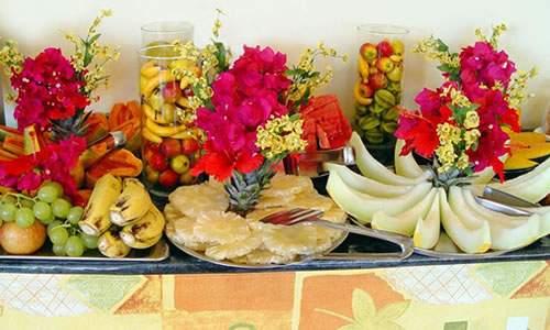 frutas do café da manhã na pousada doce cabana