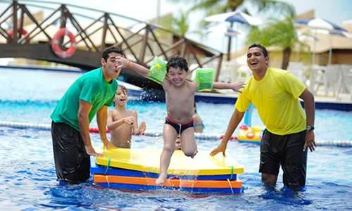 Recreadores garante a diversão da criançada na piscina.