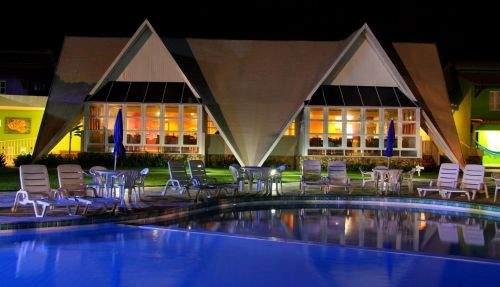 piscina durante a noite no hotel marupiara porto de galinhas