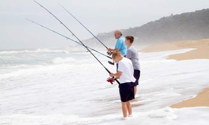familia pescando na praia
